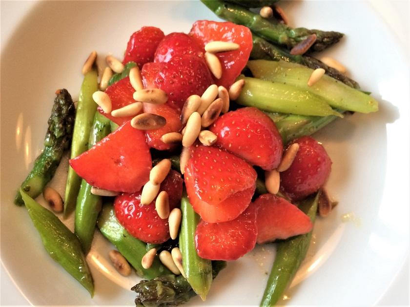 Grüne Spargeln mit Erdbeeren