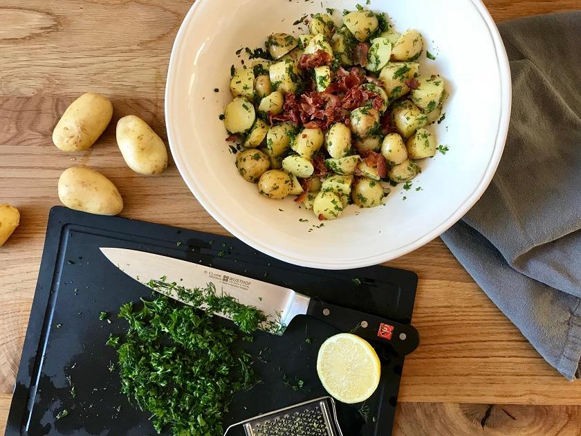Kartoffelsalat mit Kräutern und Speck