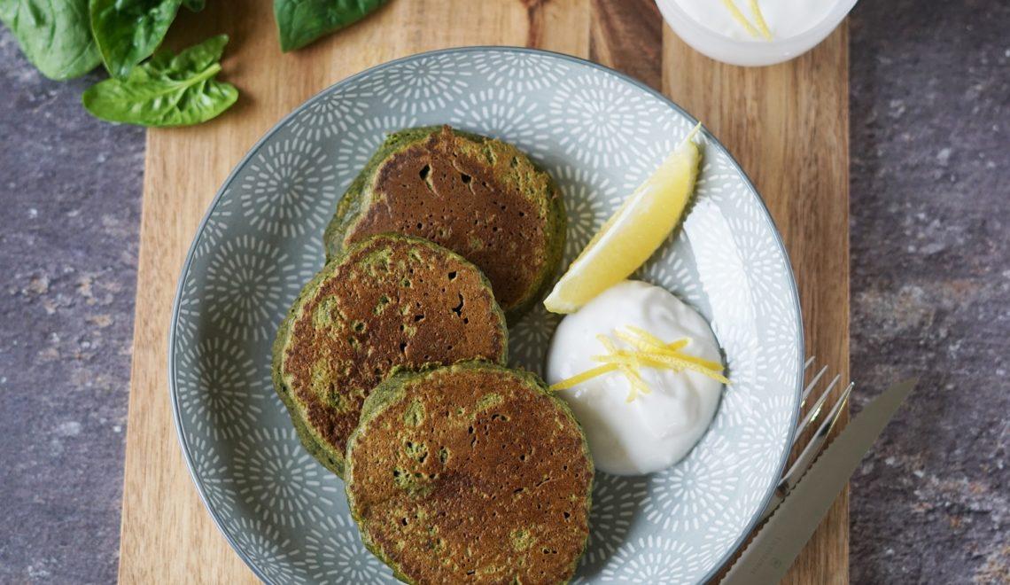 Pancakes mit Spinat und Zitronen-Knoblauch-Dip